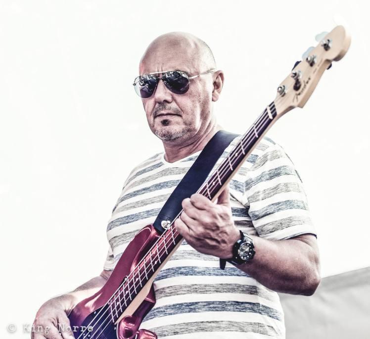 Luc Peeters de bassist van cavemen