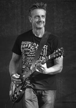 Alain Dooms de gitarist van cavemen